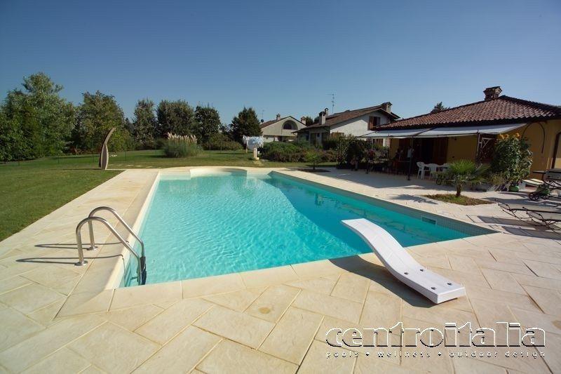 piscina in casa ristrutturata