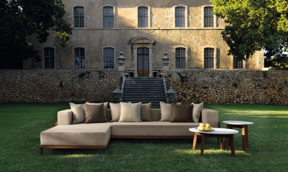 divano Talenti per esterni davanti a villa antica