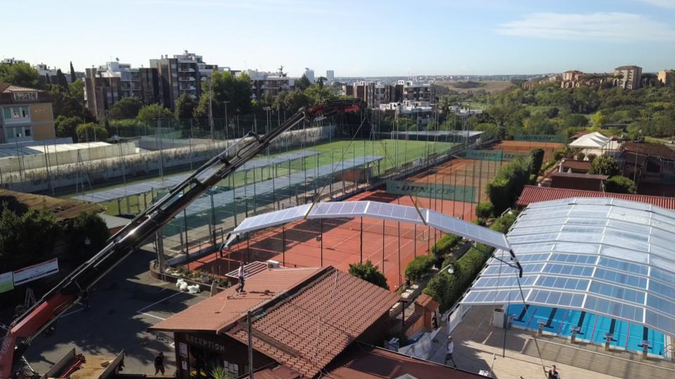 Gru che posiziona la copertura per piscina al Centro Sportivo Club Monteverde