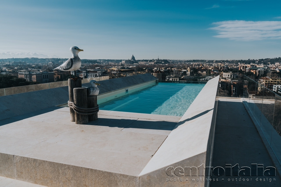 piscina a sbalzo nel cielo con vista su Roma