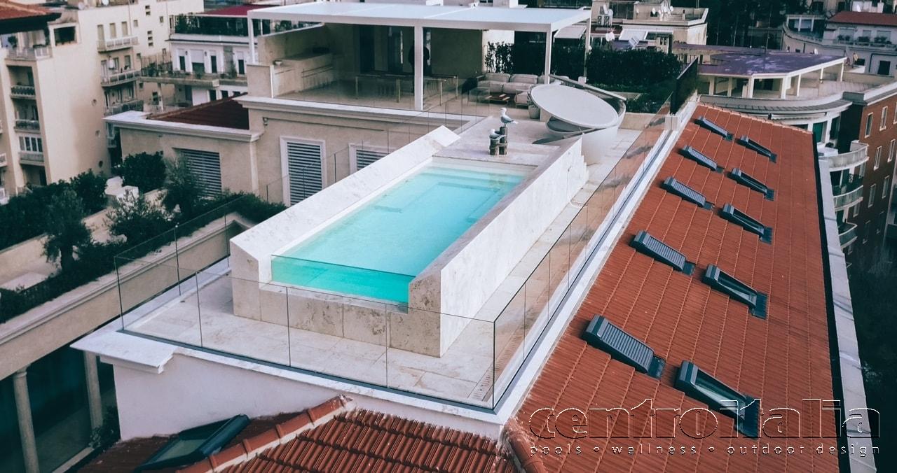 Piscina a sbalzo su tetto con vista panoramica