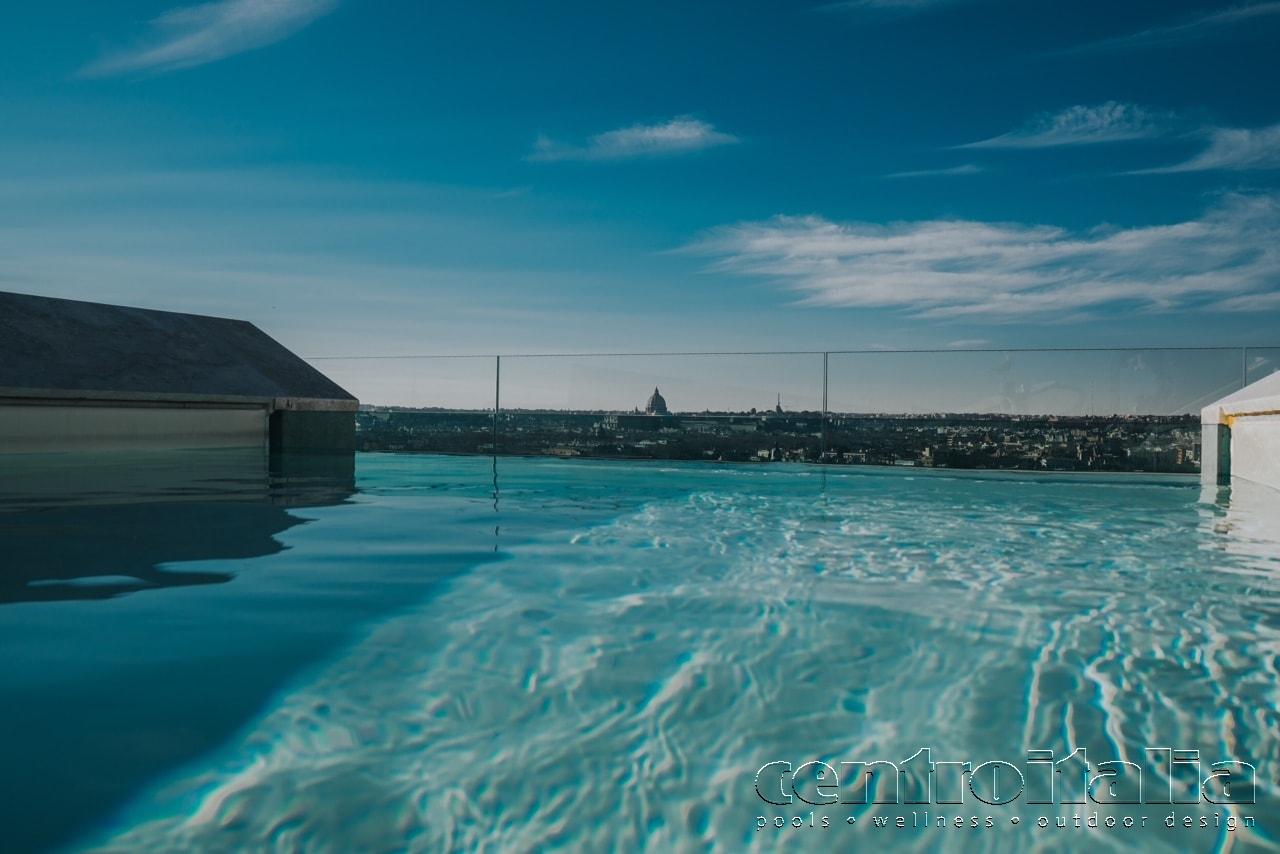 Nuotando in questa piscina sembra di fluttuare nel cielo